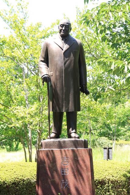 北の丸公園の芝生にたたずむ吉田茂像。