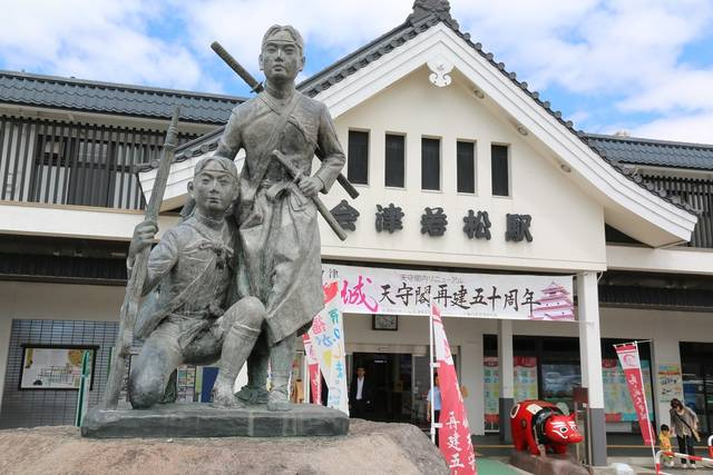 会津若松を代表する銅像といえるのが白虎隊像。写真は会津...