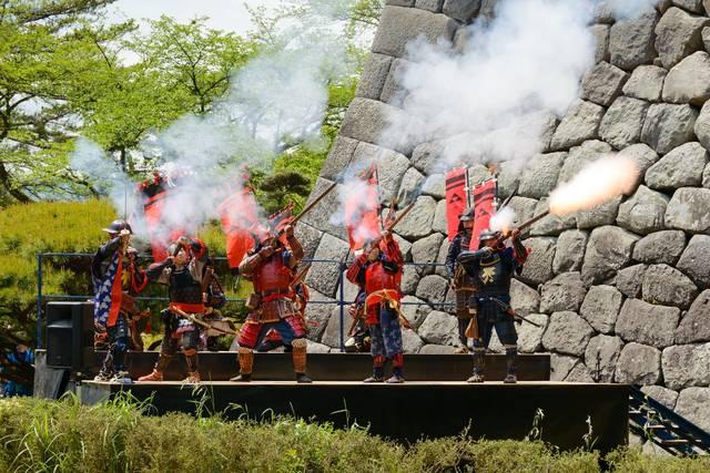 「小田原北條五代祭り」の北條鉄砲衆による発砲演技