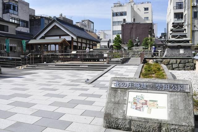 柴田公園には北ノ庄城の天守があったとされます(写真は復...