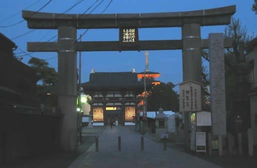 幻想的な四天王寺の夕景