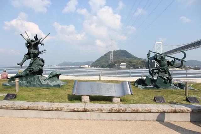 みもすそ川公園(山口県下関市)に立つ源義経と平知盛の像...