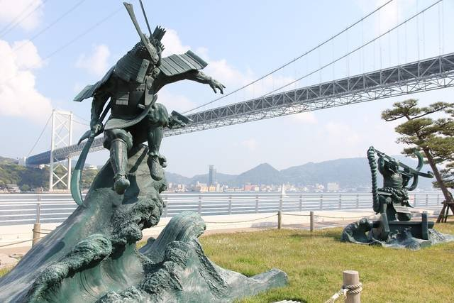 下関と北九州を結ぶ関門橋をバックに対峙する、「八艘飛び...