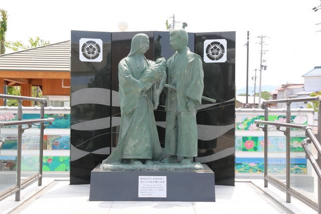 織田信秀と土田御前、吉法師の像。