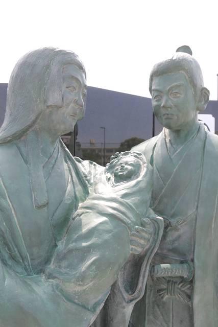 赤ん坊を見つめる信秀と土田御前。