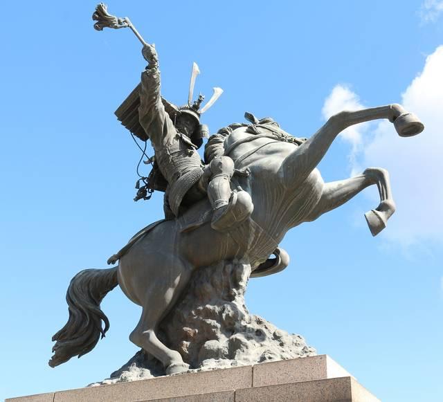 鹿児島本線の伊集院駅前に立つ島津義弘騎馬像。伊集院駅は...