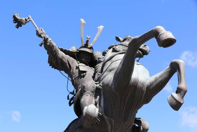 采配を振る義弘と、大きく前足を蹴り上げた駿馬。どうです...