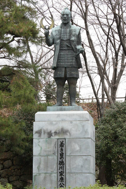 若き日の徳川家康公の像