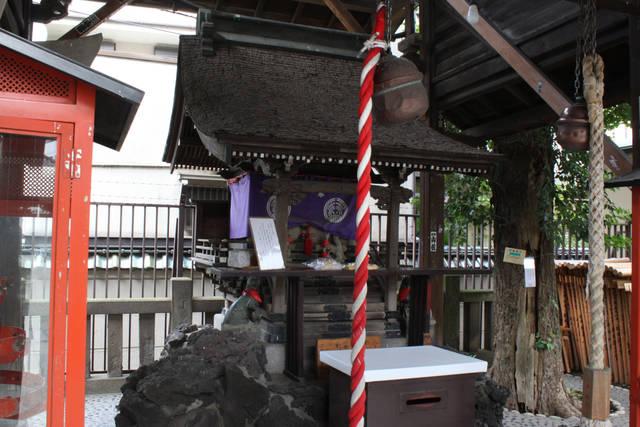 被官稲荷神社のお社