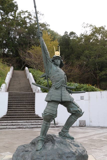 高知県立歴史民俗資料館の元親像。背後の階段を登ると、そ...