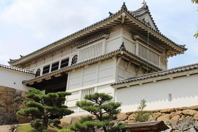 【菱の門】桃山時代の様式を残し、華頭窓があるのが特徴。...