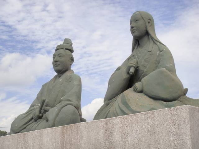 JR河毛駅前にある長政とお市の像