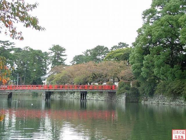 【学橋】外堀に架かる赤い橋(学橋)が見えてきたら小田原...