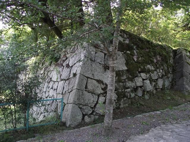 【本丸表門付近の石垣】本丸表門の左右は石垣で固められている