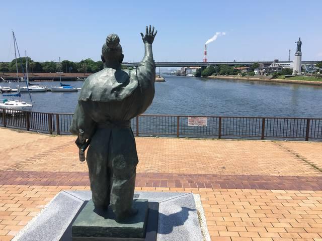 堺のマリーナから沖合を見つめるルソン助左衛門像