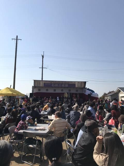ステージを見ながら食を楽しむ人たち