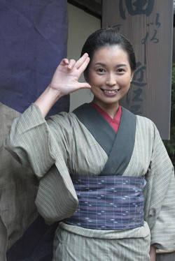 写真は、2010年NHK大河ドラマ『龍馬伝』撮影時のもの。近江屋へお醤油を買いに行く娘役で出演しました。思い出の一枚です。私の後ろにある看板に近江屋と書かれています。 (9860)