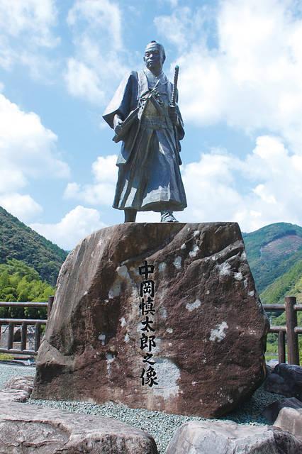 北川村にある中岡慎太郎像