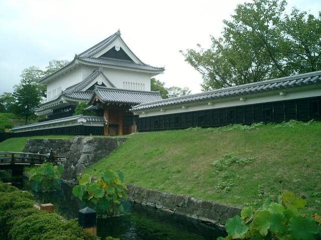 勝竜寺城公園にある模擬櫓と虎口跡