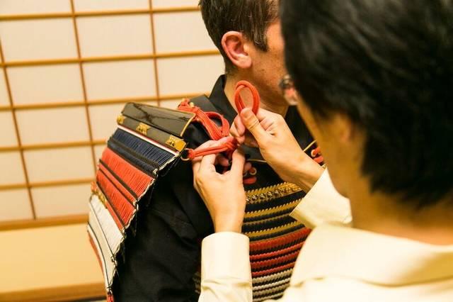 専門のスタッフが、着装と写真撮影を行います。