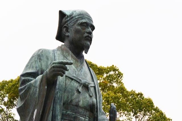 千波湖のほとりにたつ光圀像