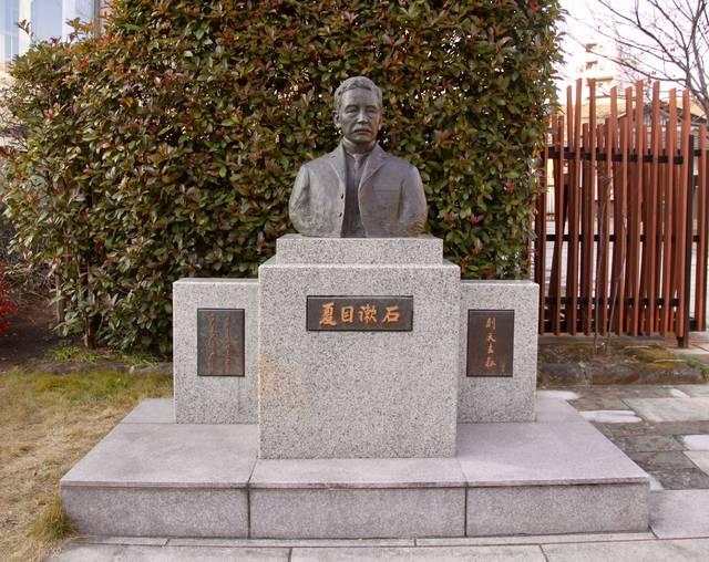 記念館の前にある夏目漱石の銅像(富永直樹 作)