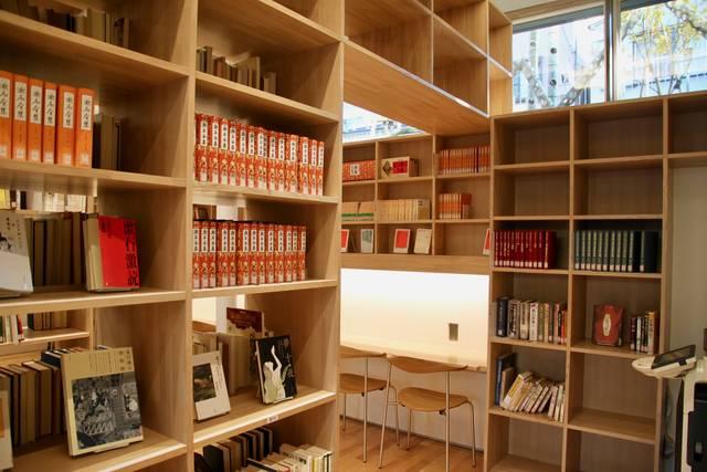 地下の図書室も無料で利用可能