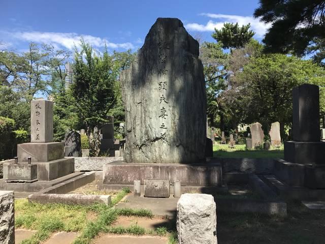 大久保の次男・牧野伸顕(のぶあき)夫妻の墓