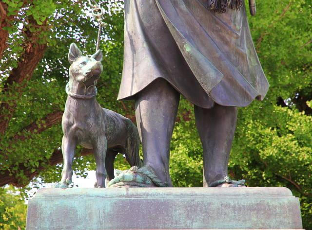西郷像に付き従う愛犬のツン。モデルは不明。この銅像のお...