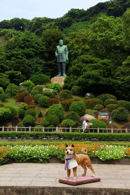銅像の前の広場には、上野にならって愛犬のツンが置かれ、...
