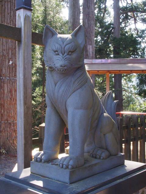 武蔵御嶽神社の狛犬ならぬ「狛狼」