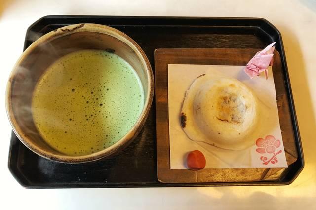 参道や境内の茶屋で食べたい!名物「梅ヶ枝餅」