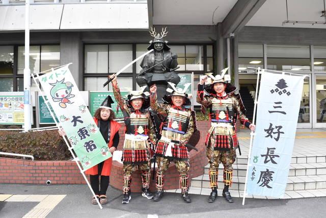 三好長慶の銅像を前に盛り上がる大東市のみなさん