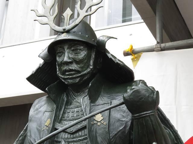 大東市役所前にある三好長慶の銅像