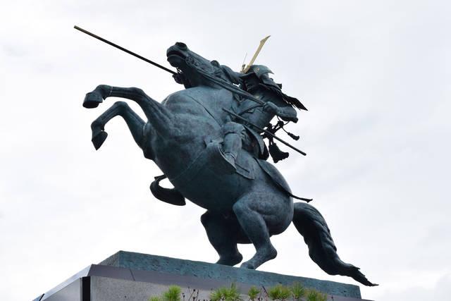 山形城跡霞城公園にある最上義光の像。 慶長出羽合戦の際...