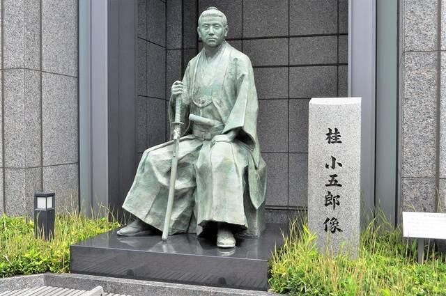 長州藩邸があった京都ホテル前にある桂小五郎の像
