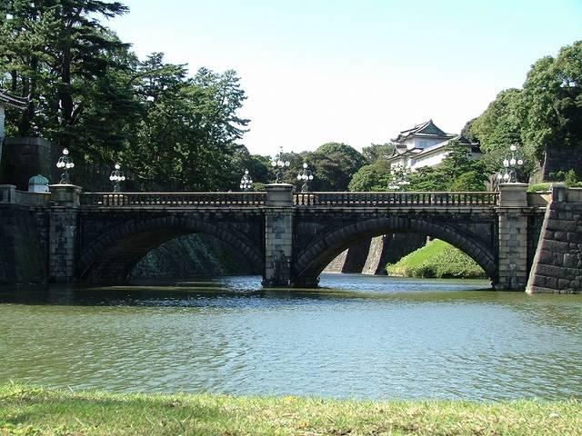 【正門石橋】見えている橋は正門石橋。この奥に正門鉄橋が...