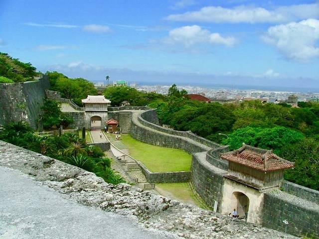 【広福門前から下を見下ろす。右は久慶門、前方には歓会門...