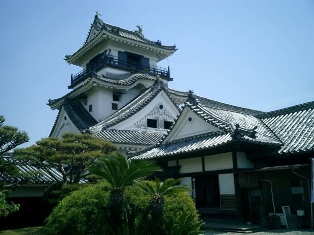 本丸の建造物が完全に残る唯一の城として知られる高知城。