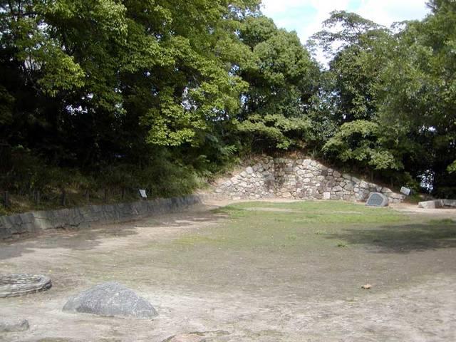 現在残っている石垣は、城郭としては最古のものといわれて...