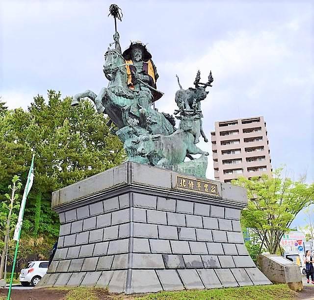 小田原駅西口にある北条早雲像も祭り仕様に!