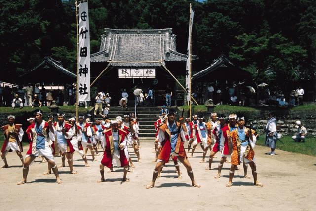 竹田神社の夏祭りの様子。旗にも丸に十文字が見える。