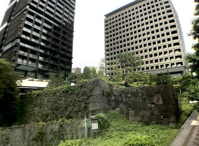 赤坂御門(見附)跡。左手にあるのが東京ガーデンテラス紀...