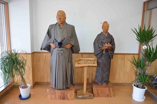 「西郷松」から作られた西郷と愛加那の木像は町の複合施設...