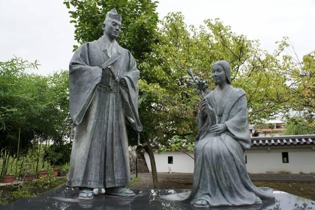 京都・勝龍寺城跡にある細川忠興と玉(ガラシャ)の銅像。...