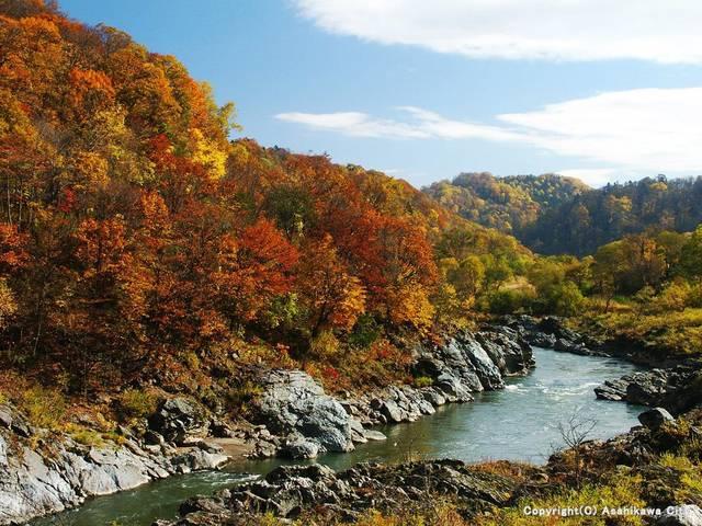 神の里「カムイコタン」。石狩川の両岸に奇岩が盛り上がり...