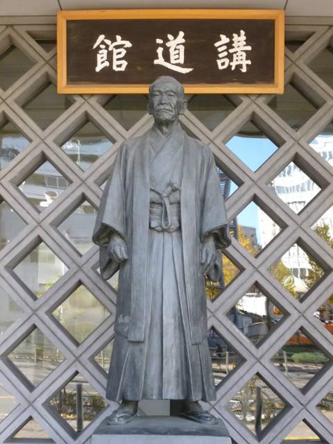 講道館にある嘉納治五郎の銅像