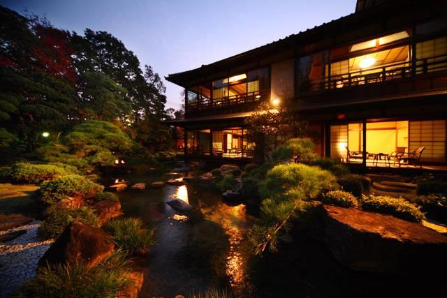 日本庭園を臨む本館客室は大正時代のもの。