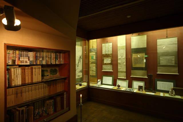 「憂国の楓」のほか貴重な資料が保管された明治維新資料室。