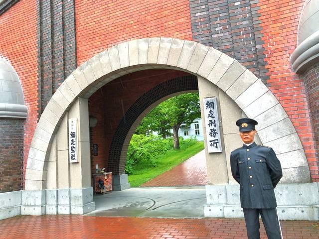 通称「赤レンガ門」と呼ばれる有名な網走監獄の正門(再現構築)